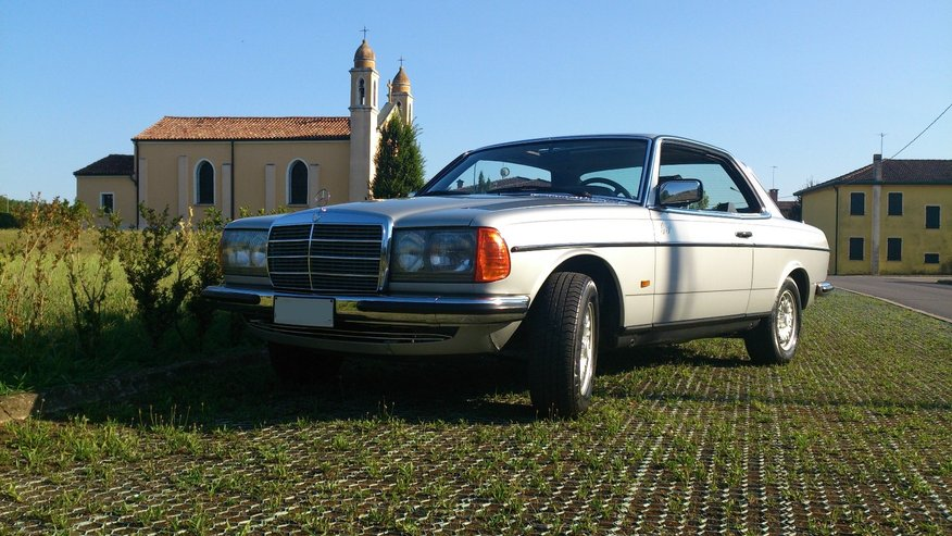 Mercedes Benz 230C vista fronte laterale